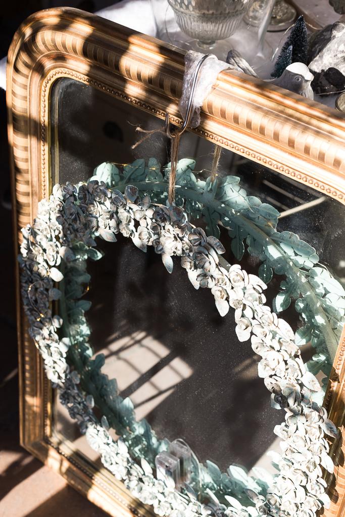 Wreath and mirror in Le Passé - Le Présent